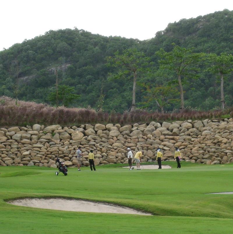 Black_mountain_golf_hole_2
